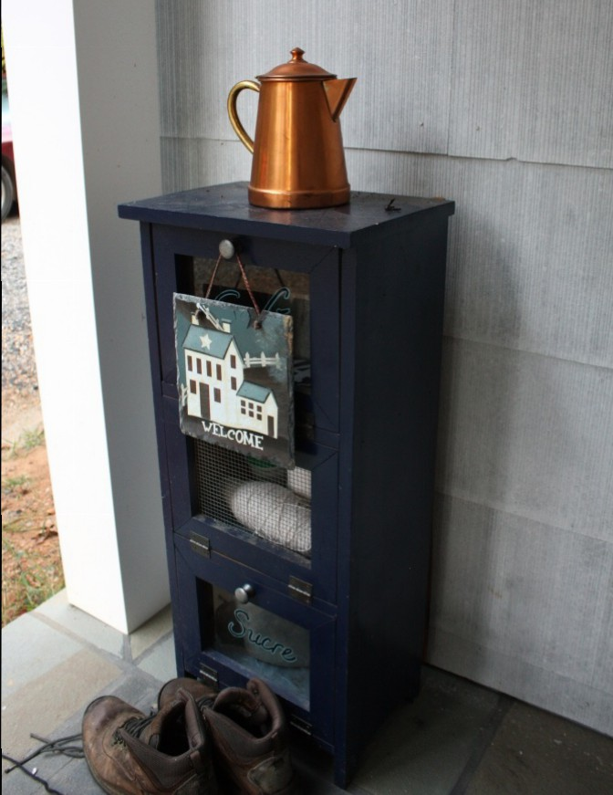Copper teapot on the small navy cabinet adds a bit of warmth to the predominantly blue scheme.
