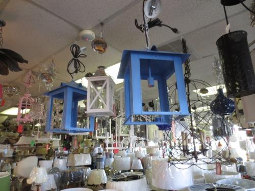 Love these blue lanterns.