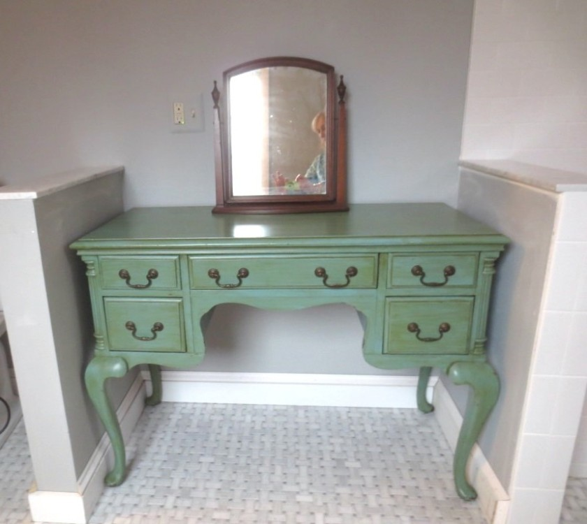 The dressing table is still green.