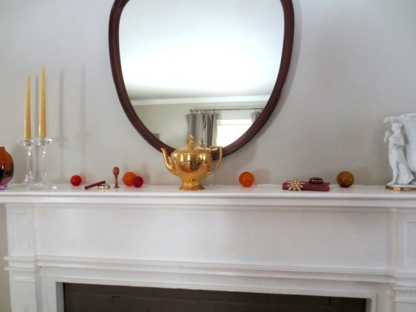 The gold teapot mandates the color selection.