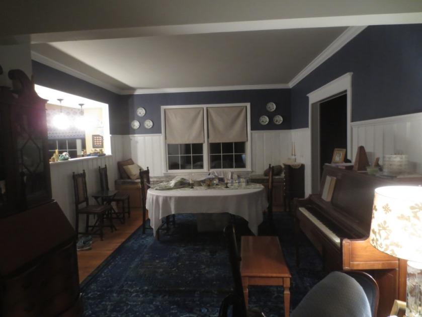 The plates brighten up the denim-blue wallpaper.