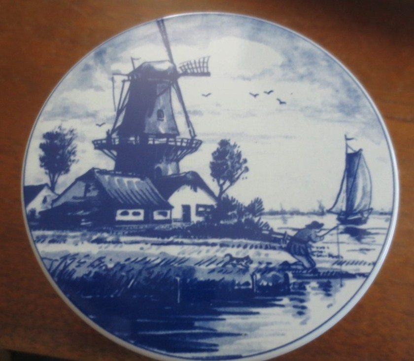 The top of the tin is painted like a Delft tile.