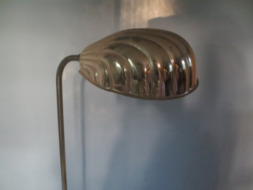 Standing shell lamp